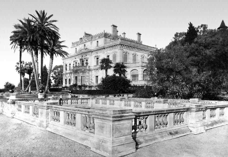 La façade richement décorée  du château de Thorenc à Cannes.