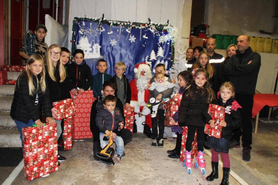 Les enfants heureux d'accueillir le père Noël à la caserne.