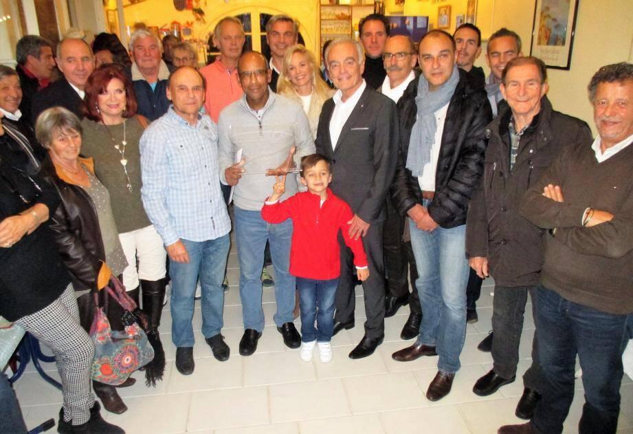 Autour du maire Richard Galy et de Brahim Assavi, dirigeants et joueurs du club de tennis ainsi qu'élus et responsables municipaux assistaient au pot de départ.