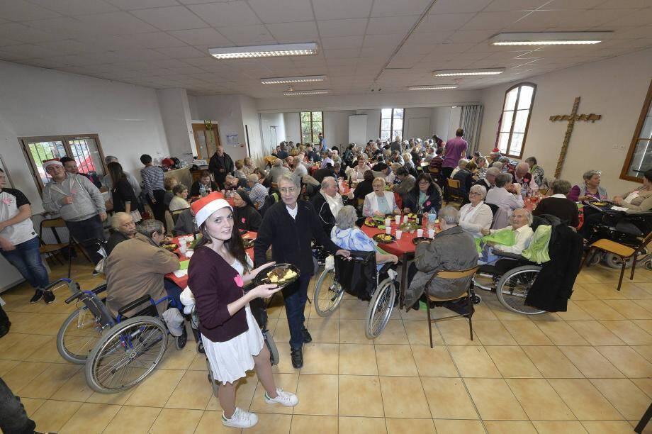 Chaque année, l'hospitalité diocésaine organise un repas de fête.