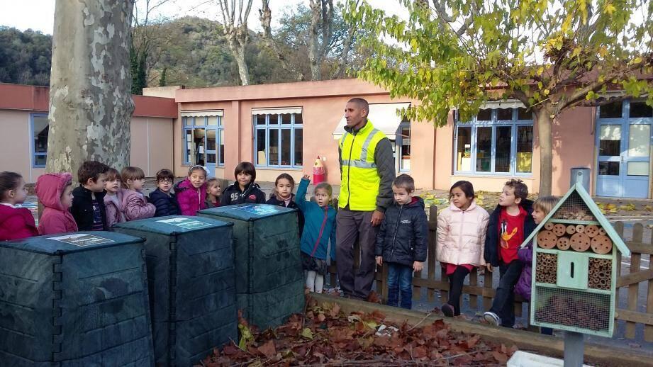 Chez les petits de la maternelle Saint Georges, le maître-composteur a formé les enfants au recyclage des déchets organiques qui alimentera leur potager.