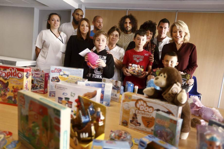 Remise des jouets aux enfants de l'hôpital Lenval, en compagnie de Medi et de l'élue Françoise Monier