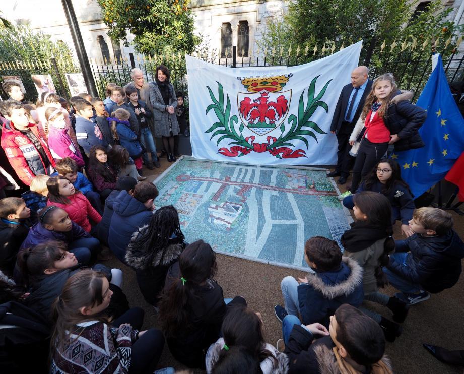 Les cinquante élèves ont levé le voile pour inaugurer la fresque en mosaïques réalisée par leurs aînés