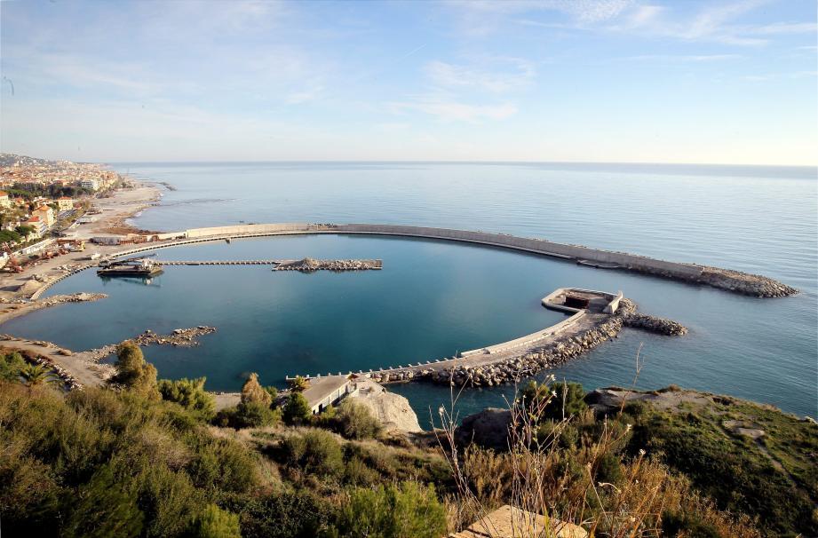 Jamais terminé, le port de plaisance de Vintimille est surplombé par le Fort de l'Annonciade.