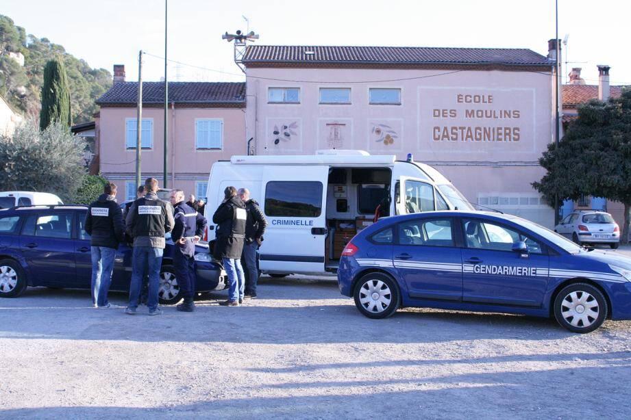 Les techniciens d'investigation criminelle de la gendarmerie étaient à pied d'œuvre, hier vers 13 h, sur le parking devant l'école des Moulins. ( Photo Henri Issaurat)