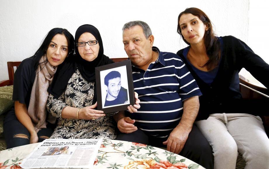 Les parents de Nabil entourés de deux de ses sœurs, Cherazad (à gauche) et Nadia (à droite).
