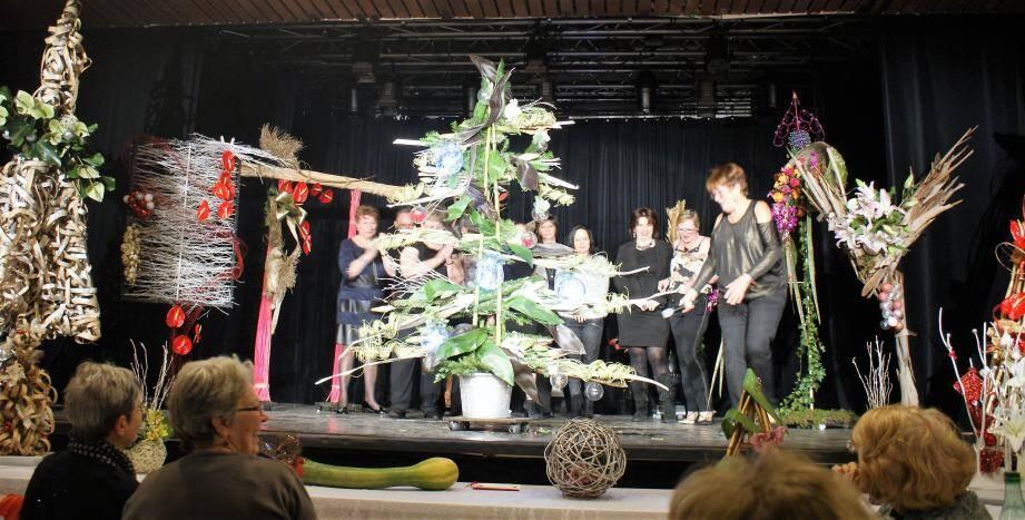 Des prestations d'art floral de haute technicité ont été réalisées sur la scène de la salle Courteline. (DR)