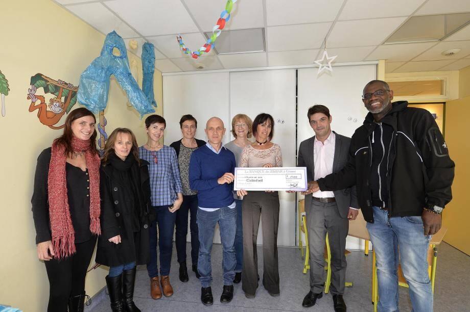 Les gérants du bar musical grassois ont apporté un chèque de 1 400 euros à l'association qui vient en aide aux enfants et adolescents atteints de troubles psychologiques au Petit Paris et à Cannes.