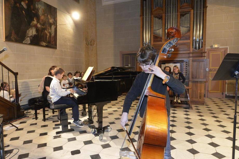 En haut : Paul Charabot, au piano, et Maël Crusson, à la contrebasse, interprétant Musette en ré majeur BWV 126 de Bach. En bas : L'ensemble de violons suzuki du conservatoire et de l'école de musique d'Opio, sur le Menuet en sol majeur BWV 116 de Bach