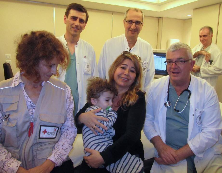 Le petit Sargis dans les bras de sa famille d'accueil Muge Cadart entouré de l'équipe médical du Docteur François Bourlon, du Professeur Armand Eker et de l'équipe de la Croix-Rouge monégasque.