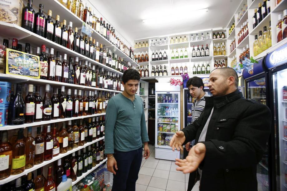 Rahimullah Stanokzai (à gauche), a volé au secours de son père pour le sauver, avec son oncle Hafizullah (à droite). En arrière-plan, le plus jeune fils, Karimullah.