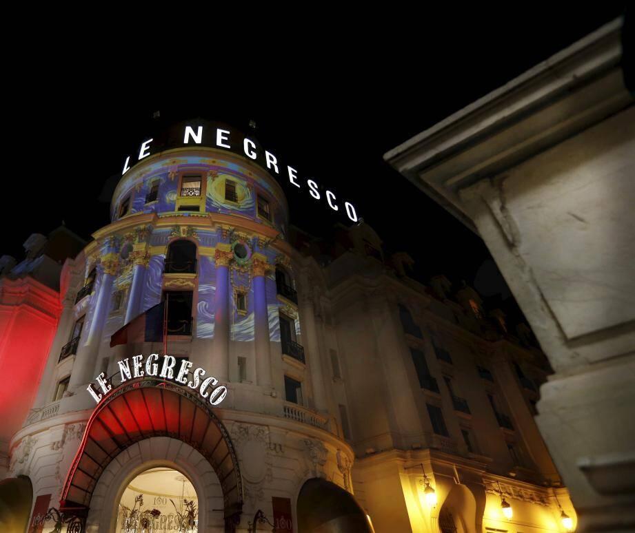 Sur la coupole du Negresco, c'est un hommage à Van Gogh qui se dessine sous les yeux des passants. Le Méridien, le Palais de la Méditerranée, West-End, Le Royal et le Radisson Blu se parent également de féerie.