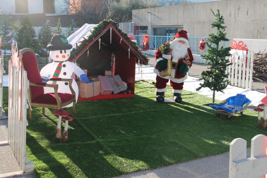 La maison du père Noël a pris possession de la cour de l'école « Les Gerles » et sa boîte aux lettres est à disposition pour recueillir les souhaits des petits comme des grands.