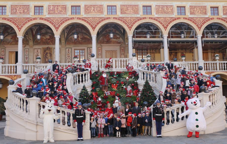 Autour de la famille princière, les plus jeunes invités du Noël princier (de 5 à 7 ans) ont posé pour la postérité dans la cour  d'honneur du Palais hier après-midi.
