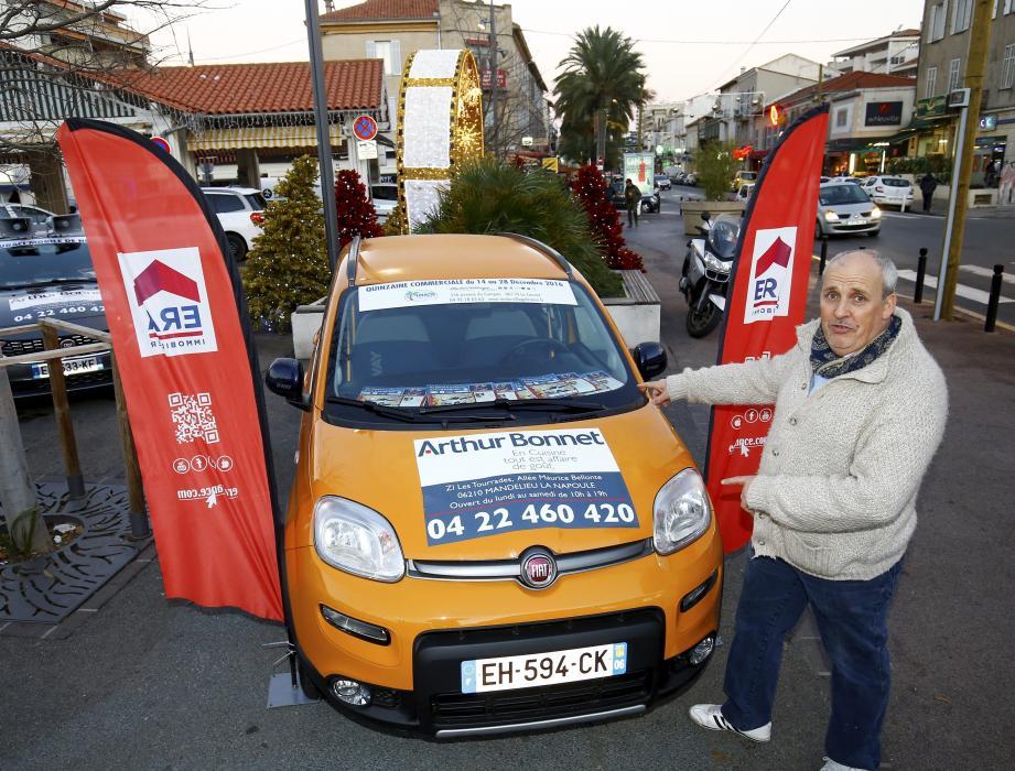 Philippe Péraire, le président de l'UBACI (l'Union Boccassienne des Artisans et Commerçants Industriels) sur la place du Marché, présente le 1er lot de la tombola qui aura lieu le 28 décembre à 17 h : une Fiat Panda.