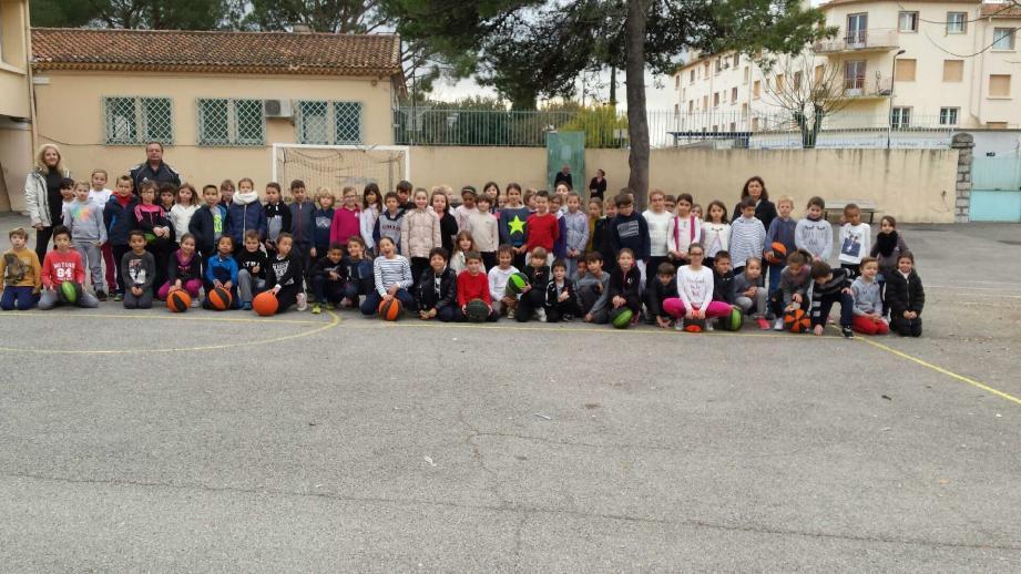 Les élèves de CE2 de l'école St-Jacques se sont affrontés hier matin lors d'un défi interclasse de basket.(DR )
