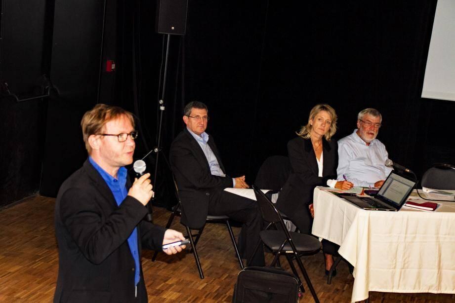 De gauche à droite, Julien Bertrand cabinet Citadia, le maire Jean-Marc Délia, Nadine Musso responsable service urbanisme, Pierre Déous adjoint à l'urbanisme.