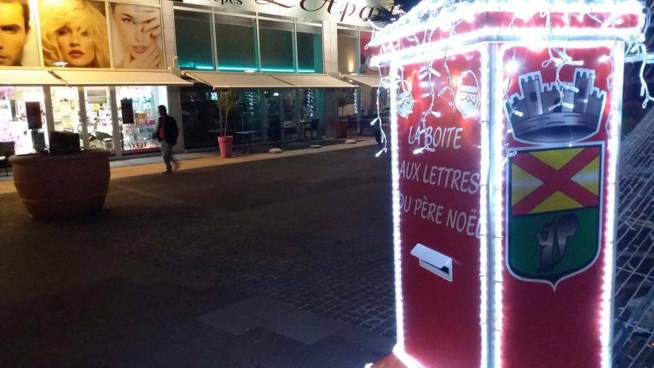 """Une boîte à lettres, reliée """"directement"""" aux services du Père Noël est installée sur le mail d'Estérel Gallery. Les enfants peuvent y déposer leur lettre."""