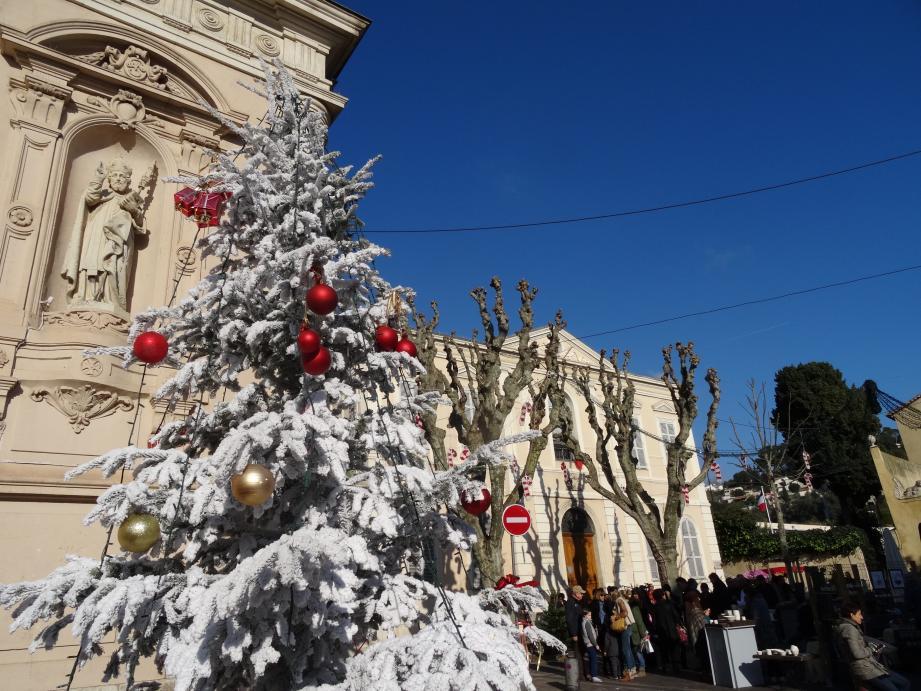 Noël à travers la ville décorée de magnifiques sapins.
