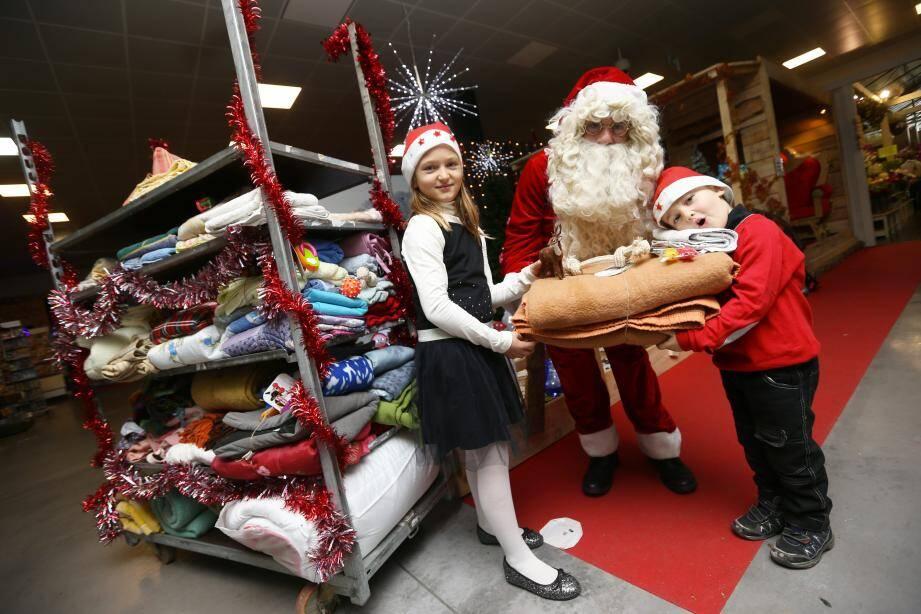 Le père Noël en personne a remis à Mathilde, 8 ans, et son frère Nicolas, 5 ans, soixante-dix couvertures collectées à Villaverde. Avec un cadeau en plus : un jouet !