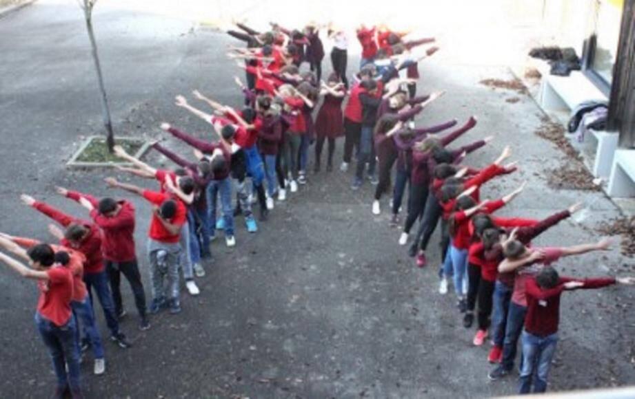Les élèves, portant un tee-shirt rouge, ont formé le ruban du Sidaction, symbole de la chaîne de la solidarité dans la lutte contre le Sida.