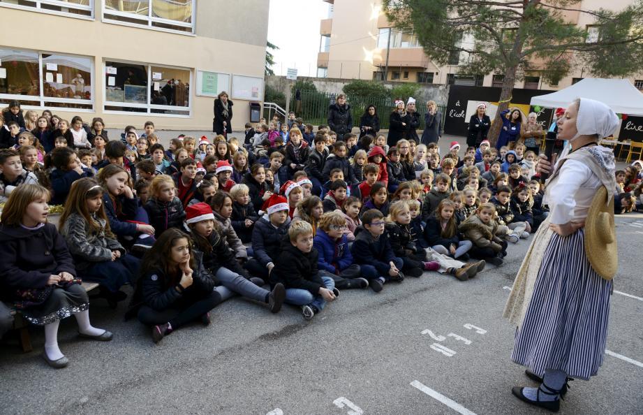 Petite leçon de tradition hier dans la cour de l'école Stanislas.