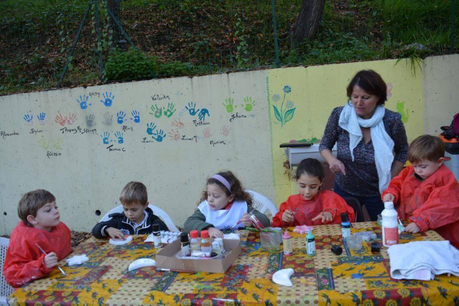 Les enfants décorent les sujets destinés au sapin.
