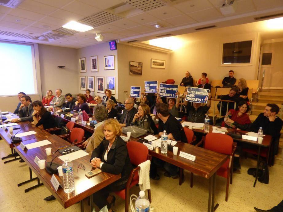 « Alpes-Maritimes sans migrants », clamaient les pancartes des élus FN.