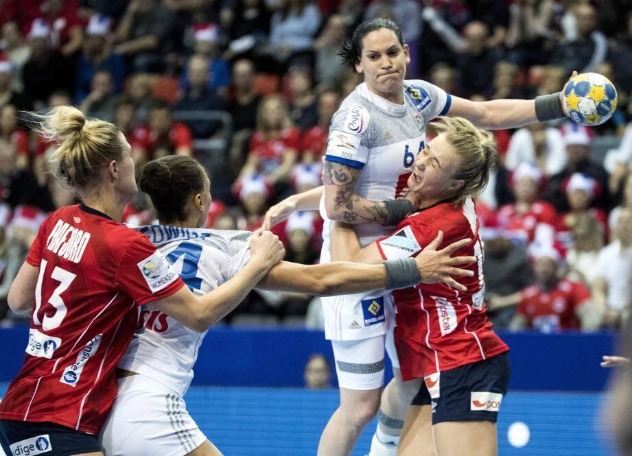 Malgré les six buts de l'ancienne Niçoise Lacrabère, la France s'incline contre la Norvège en demi-finale de l'Euro.