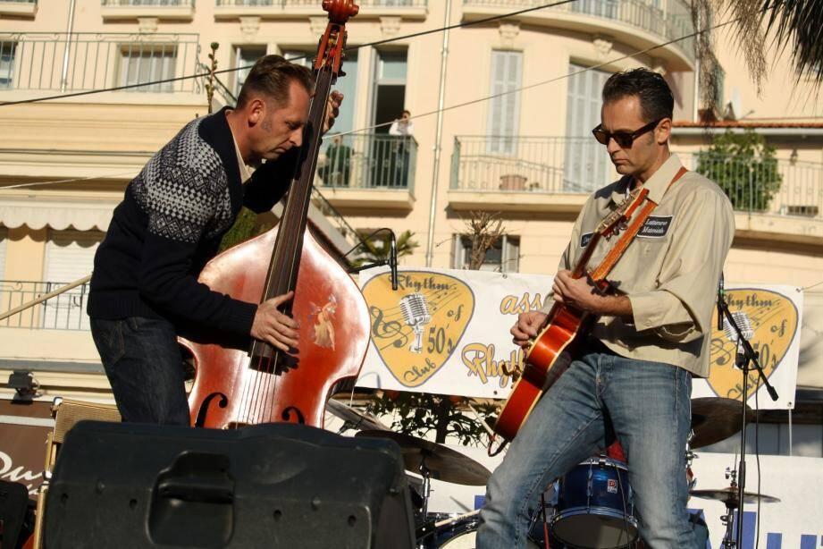 Les musicos du Catfish Combo ont fait swinger les Mentonnais dans une ambiance « rockabilly ».