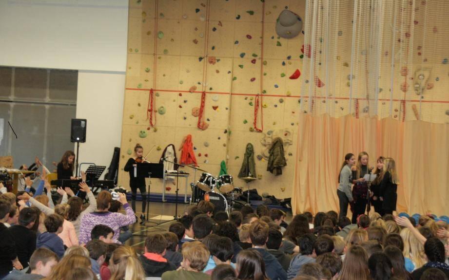 Six collégiennes de 6e, tout intimidées (4 voix et deux musiciennes), ont interprété Radioactive d'Imagine Dragons avec brio.