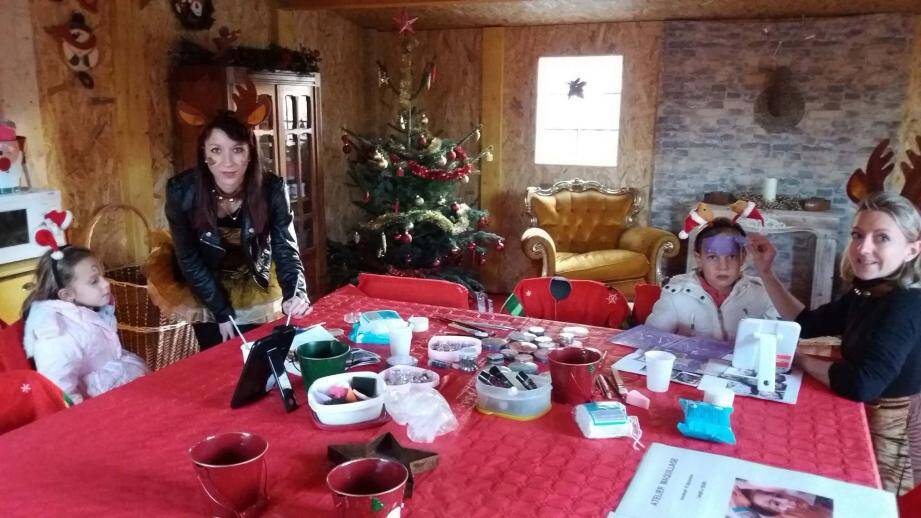 La maison du père Noël est installée au centre du marché. De nombreux ateliers pour les enfants y sont proposés.