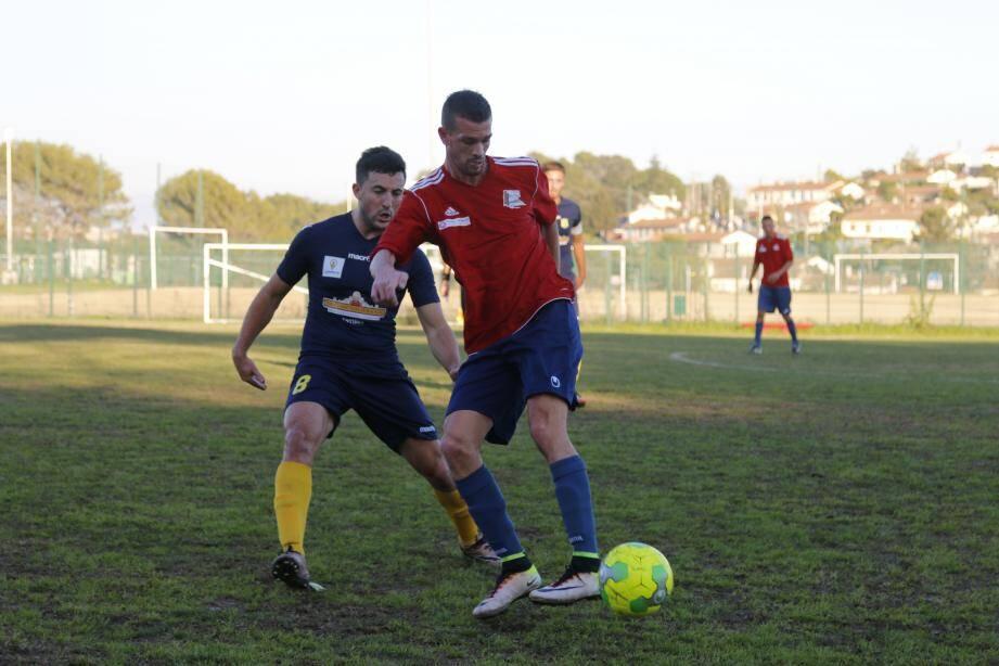 Malgré l'expulsion «sévère » de Mickaël Tortorici (en rouge), le CDJ est parvenu à tenir le match nul, hier.
