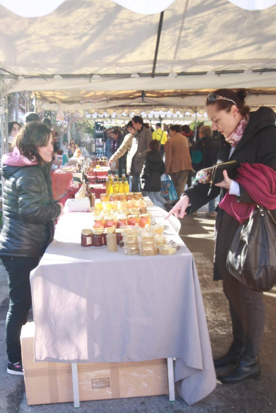 Dernières emplettes avant Noël, Niçois et Valléens ont investi le marché de Contes orné d'étals en tout genre.