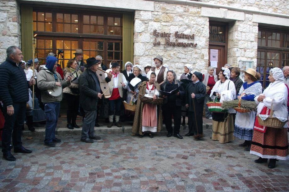 Le temps de sillonner les rues, les santons ont pris vie et défilé en musique pour la plus grande joie des passants.