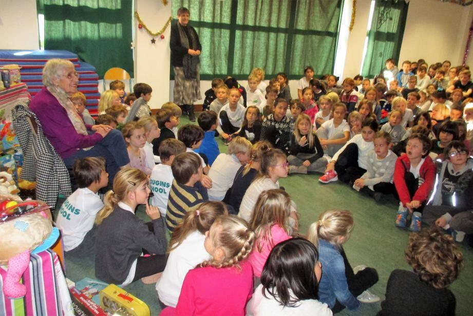 Les enfants du primaire ont chanté en français pour fêter la présence de Madeleine Gentil.