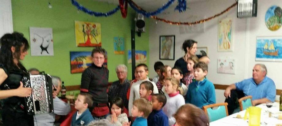 Les enfants du regroupement pédagogique intercommunal Fontan-Saorge ont chanté pour les résidents du « Temps des Cerises ».