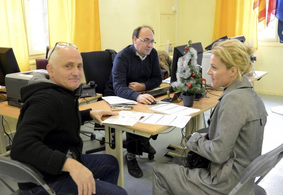 Les Cannois peuvent, comme ces deux électeurs, aller s'inscrire jusqu'au 31 décembre dans le salon jaune de l'hôtel de ville ou à la mairie annexe de La Bocca, du lundi au samedi.