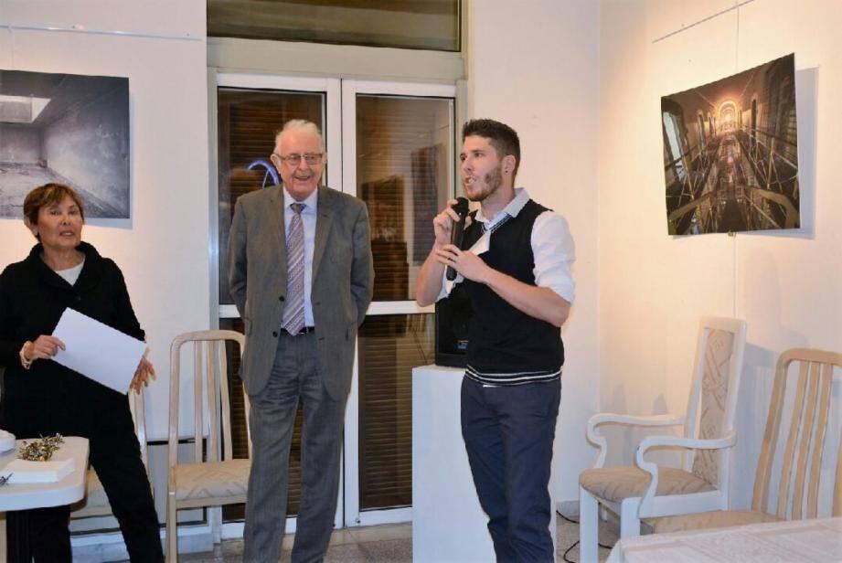 Damien Audibert entouré par le maire Andre Roatta et la conseillère Michèle Nercam.