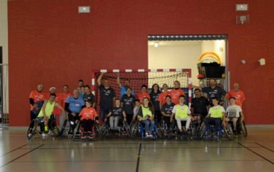 Une partie des équipes ayant participé aux matchs proposés en hand'fauteuil, afin de découvrir cette discipline.