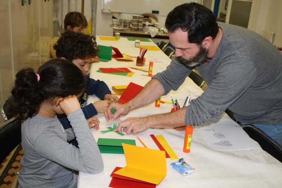 Raphaël, l'animateur du patrimoine en train de porter secours à Nolan et Mélina durant leurs œuvres.