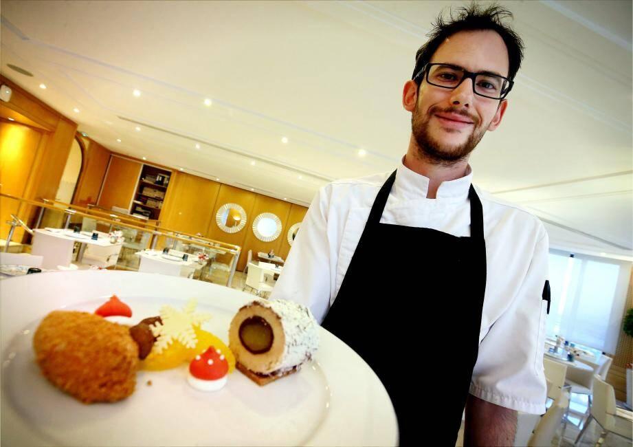 Le chef et sa création dressée à l'assiette: une bûche à la croûte pralinée avec mousse de châtaigne et crème de mandarine.