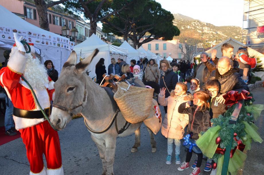 Un dernier au revoir au Père Noël qui repart avec Ninon pour accomplir tous les vœux déposés dans les lettres récoltées à La Turbie.