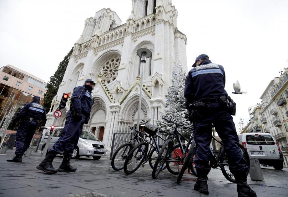 Devant la basilique Notre-Dame avenue Jean-Médecin à Nice, les forces de police, nationale et municipale, effectuent des rondes régulières, tout comme les militaires de Vigipirate.