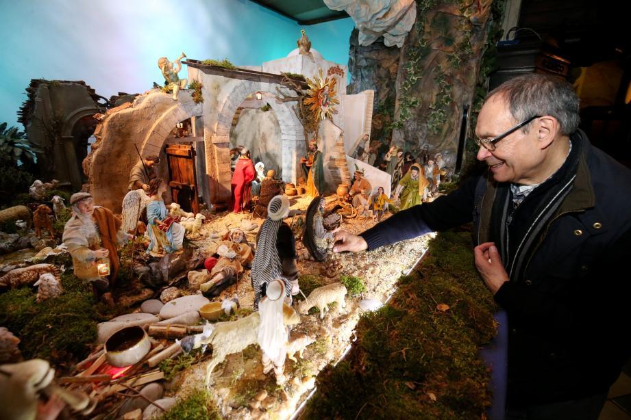 Julien rectifie les derniers détails de la crèche de Bethléem qu'il a réalisée avec Frère Georges. Lever de rideau officiel, samedi, à 16 h 30, pour la messe de Noël.