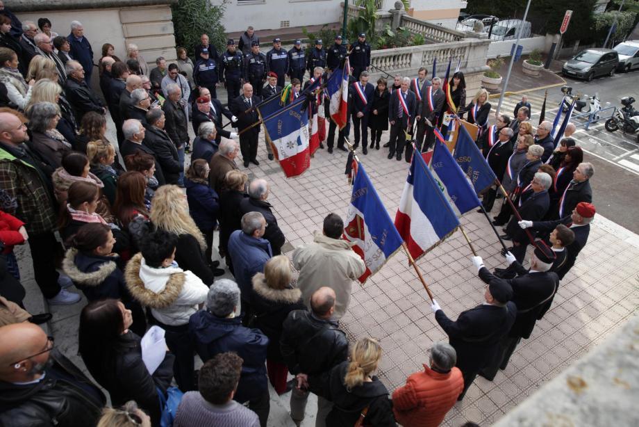 À droite de Josy Piret, l'adjointe déléguée au jumelage, Laurence Trastour, portait une écharpe tricolore noir-rouge-jaune, aux couleurs de l'Allemagne. Élus, policiers municipaux, porte-drapeaux et anonymes, sont venus nombreux, hier, rendre hommage.