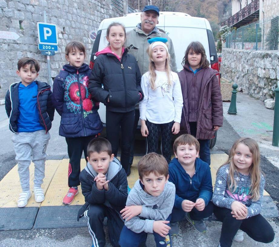 Les enfants de l'école primaire avec Pierre Gérace, président des « Cœurs du Campanin ».