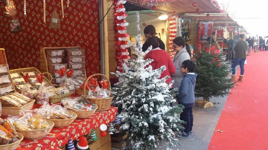Dans les chalets, les commerçants et producteurs proposent des produits de fête pour passer de bons réveillons.