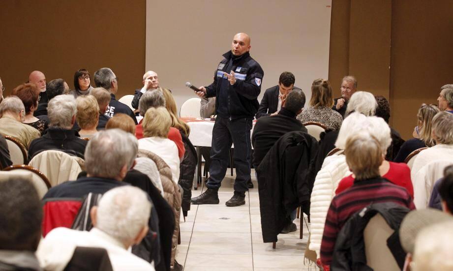 Assemblée générale aux Bosquets, la police entend et rassure les habitants sur leurs actions.