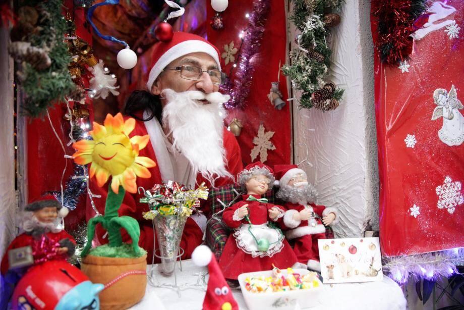 Michel Revel endosse son costume de Père Noël pour offrir ses sourires.